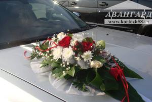 Живые цветы Белая роза и хризантемы